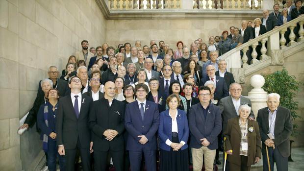 Puigdemont y Forcadell posan junto a familiares y víctimas del franquismo tras la votación