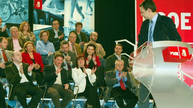 Zapatero, en 2004, felicita a Antonio Gutiérrez, uno de los diputados que más veces ha roto la disciplina del grupo