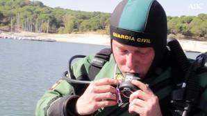 Así trabajan los hombres que rescatan 200 cadáveres bajo el agua cada año