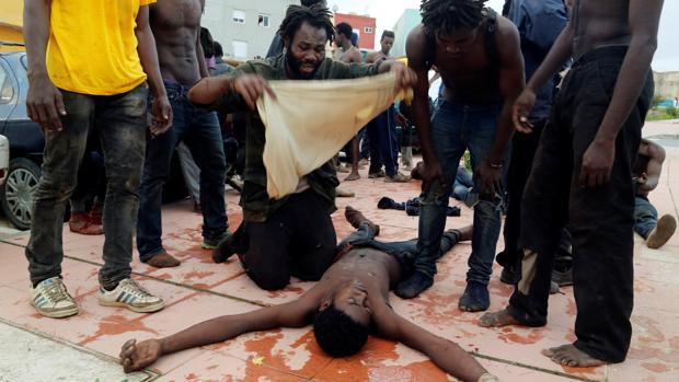 Unos treinta inmigrantes han resultado heridos en el salto a la valla