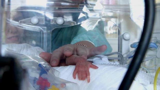 Bebé prematuro en la incubadora
