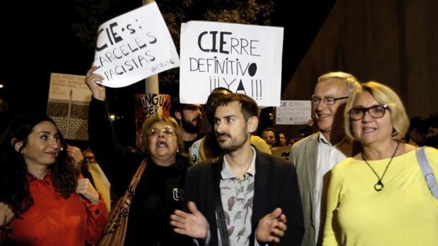 Ribó, sonriente a la derecha de la imagen, en un momento de la protesta en el CIE