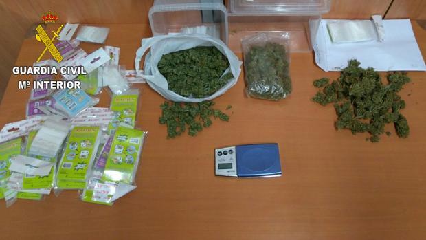 Imagen de la droga confiscada junto a los artículos infantiles