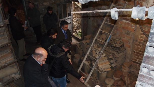 El alcalde de Cuenca durante una visita al Alfar de Pedro Mercedes