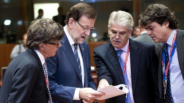 El presidente del Gobierno español, Mariano Rajoy conversa con Alfonso Dastis Quecedo (2-D)