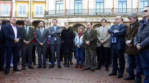 Autoridades, periodistas y vecinos de Burgos se han concentrado en repulsa de este este nuevo caso de violencia de género