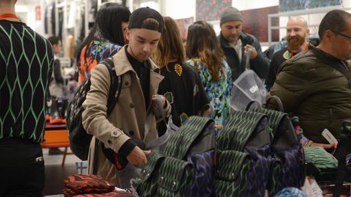 Un joven compra en la tienda de H&M de Gran Vía