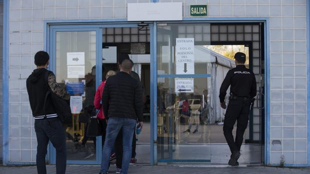 Entrada al centro de extranjeros (CIE) de Aluche