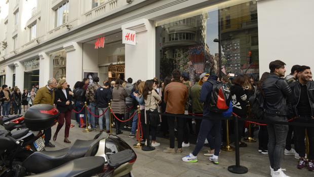 Colas en la tienda de H&M, en la Gran Vía
