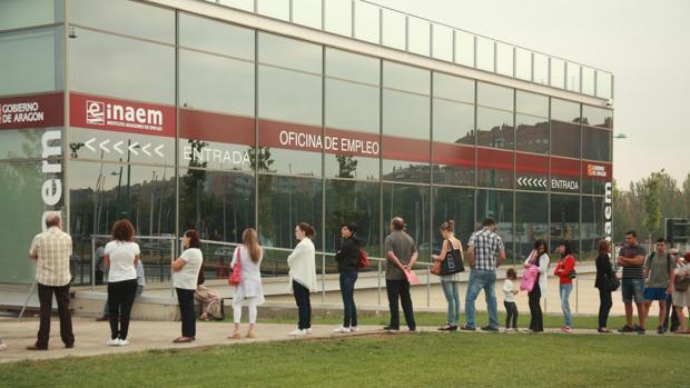 Parados esperando turno a las puertas de una oficina del Inaem en Zaragoza