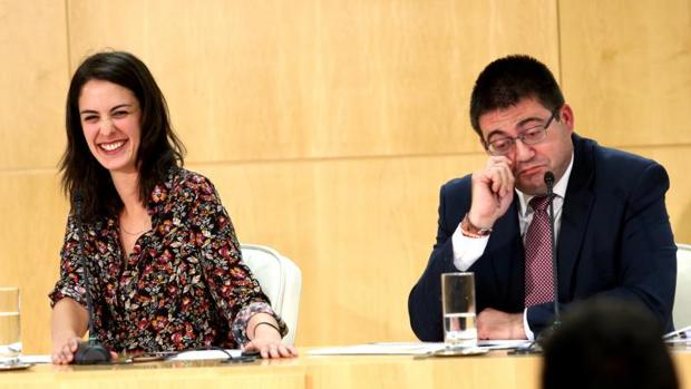 La portavoz municipal, Rita Maestre, se ríe mientras el delegado de Economía, Carlos Sánchez Mato, bromea sobre los presupuestos