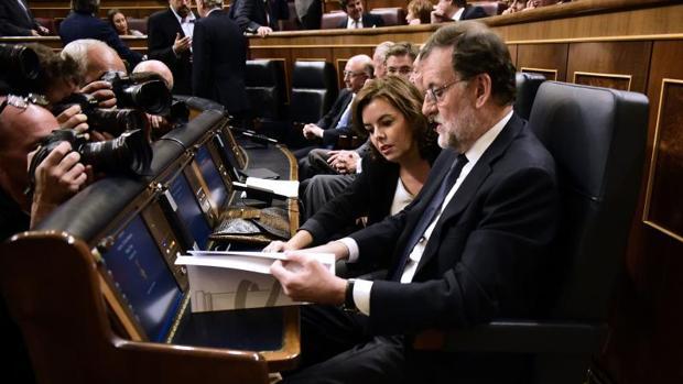El presidente del Gobierno, Mariano Rajoy, junto a Soraya Sáenz de Santamaría