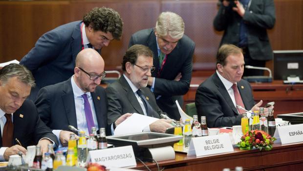Dastis, el segundo de pie, asesora a Rajoy en una cumbre europea