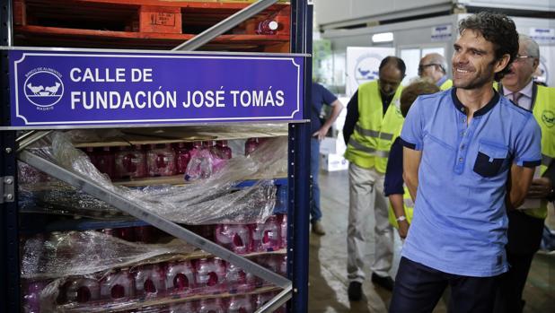 El diestro José Tomás, durante una visita reciente al Banco de Alimentos de Madrid