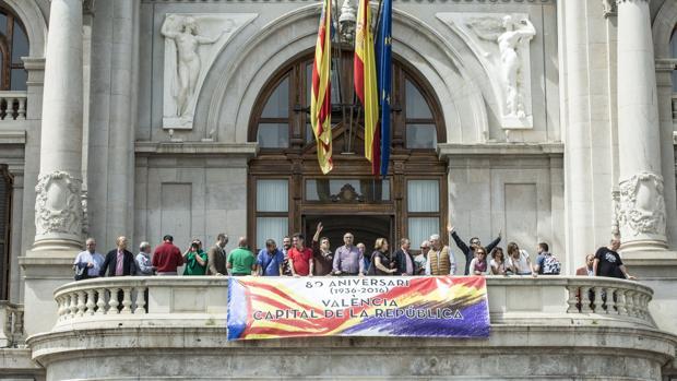 Imagen de archivo de la pancarta en homenaje a la República, colgada por Joan Ribó en abril este año