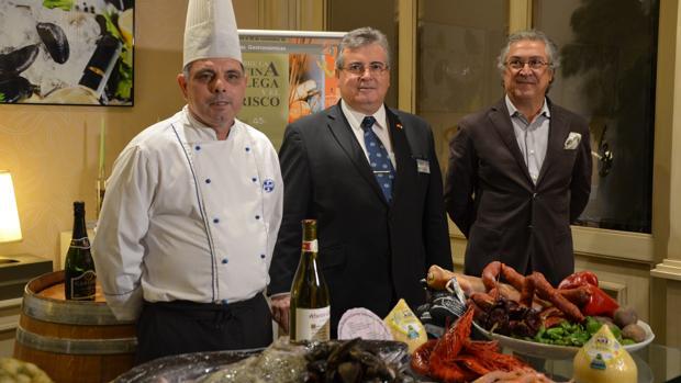 De dcha. a izq., el director general de Beatriz Hoteles, Justino Pérez; el maitre de La Alacena, Salustiano Garrido; y el chef Benito Gómez