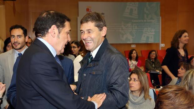 Sáez Aguado saluda al que fuera gerente del Clínico, José María Eiros, en la jornada sobre vacunas celebrada este viernes