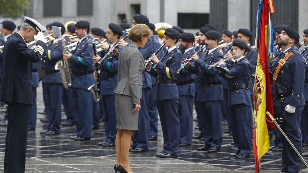 Cospedal saluda a la bandera durante la revista a las tropas