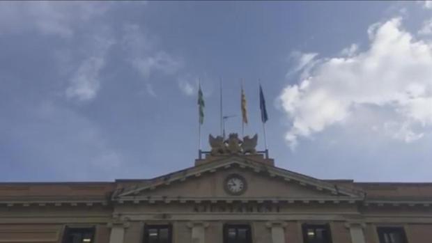 Fachada del Ayuntamietno de Sabadell sin la bandera española