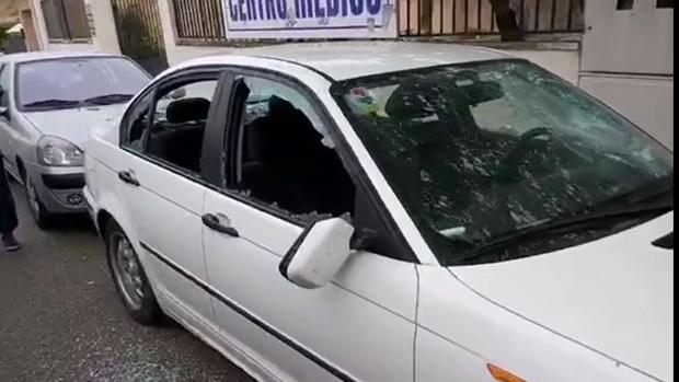 El coche, con los cristales rotos