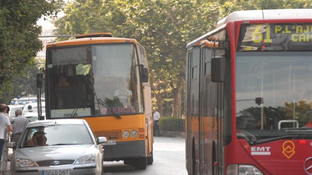 Imagen de archivo de autobuses circulando por las calles de Valencia