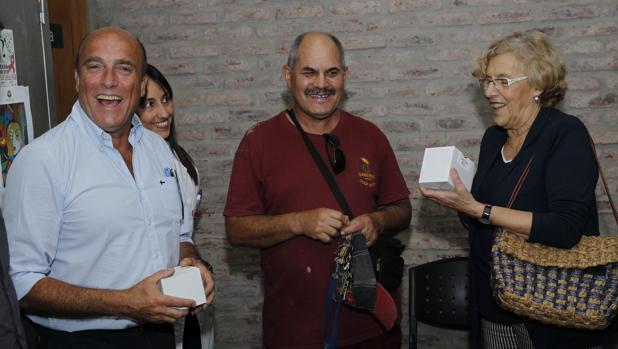 Manuela Carmena recibe un regalo de unos vecinos durante su viaje a Uruguay, en enero de 2016