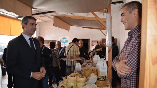 Álvaro Gutiérrez visitando los puestos de la Muestra Gastronómica