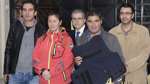 La agente junto a miembros de la Asociación Unificada de Guardias Civiles y su abogado