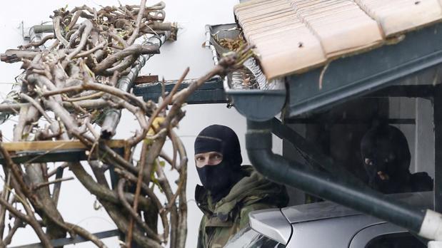 Dos agentes de las Fuerzas de Seguridad en el barrio Serres de Ascain, donde la policía francesa ha detenido, en colaboración con la Guardia Civil, al líder de ETA Mikel Irastorza
