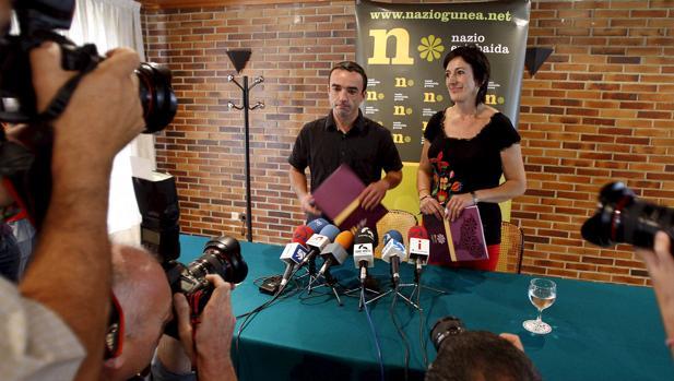 Foto de 2009, en que los entonces dirigentes del denominado Foro de Debate Nacional, Mikel Irastorza (izda) y Maite Albistegi (dcha) presentaban su nueva propuesta para agrupar al independentismo vasco