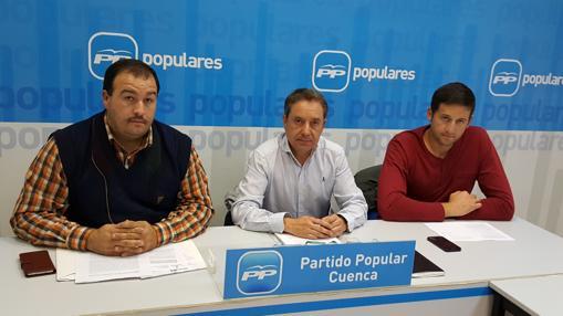 El diputado Antonio Martínez, en el centro, con los responsables del sector, Javier López y Alberto Rubio