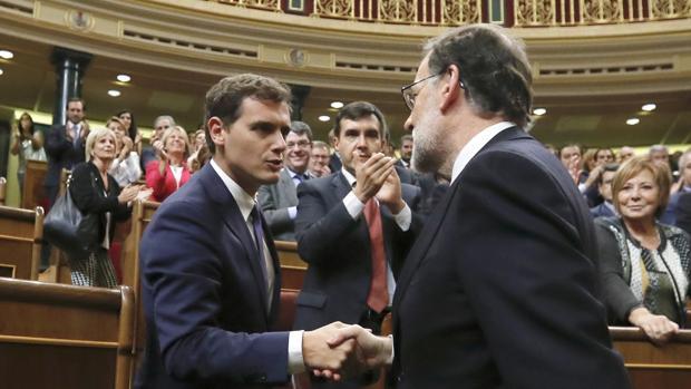 Rajoy saluda a Rivera tras rec ibir la confianza del Congreso