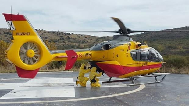 Un equipo de reconocimiento NRBQ de la UME se despliega mediante otro helicóptero