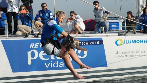 Una de las mujeres del «Reto Pelayo Vida», ayer en la suelta de la tortuga
