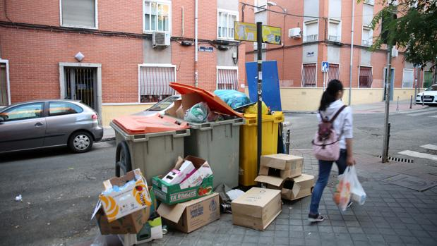 Contenedores de basura en una calle del distrito madrileño de Puente de Vallecas