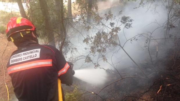 Imagen de un bombero de Castellón en la extinción de un incendio