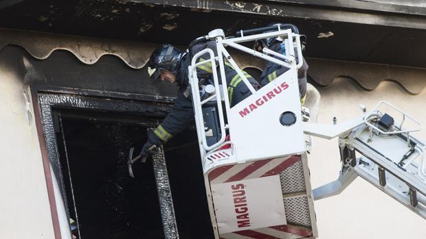 Un bombero interviene en la vivienda destruida por el fuego