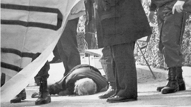 Imagen del cuerpo de Manuel Broseta, tendido en el suelo tras recibir un disparo de ETA en la cabeza