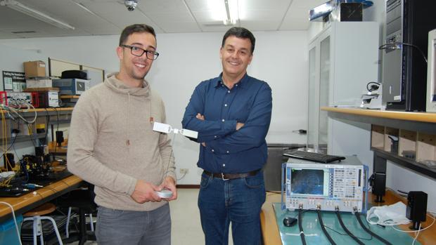 Manuel García y Daniel Gómez, que sujeta el premio, en su laboratorio de la Escuela de Ingeniería de Telecomunicación en la Universidad de Vigo