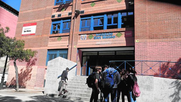 Un grupo de estudiantes a las puertas del Instituto San Mateo