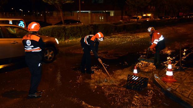 Miembros de Protección Civil se afanaban este sábado para achicar agua en algunas calles de Ciudad Real