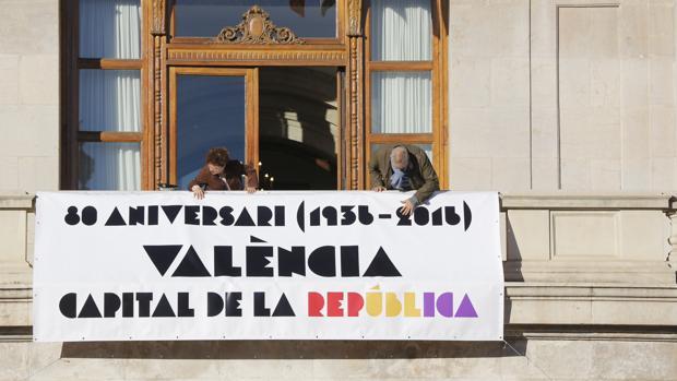 Imagen del balcón del Ayuntamiento de Valencia, hoy lunes