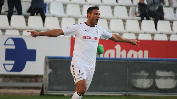 El delantero canario Aridane Santana celebra el primer gol del Albacete Balompié ante el Sanse