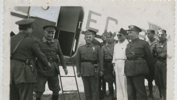 El General Francisco Franco llega a Sevilla procedente de Marruecos, en un Douglas DC-2 de las líneas aéreas postales de España