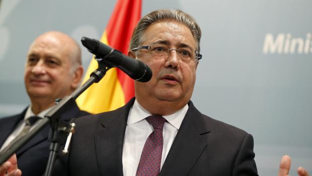 Zoido durante el intercambio de cartera con Fernández Díaz