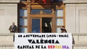 La pancarta de la república exhibida por Joan Ribó «regatea» la ley de Banderas de 1981