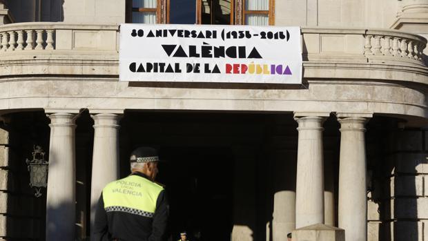 Imagen de la pancarta desplegada este lunes en el Ayuntamiento de Valencia