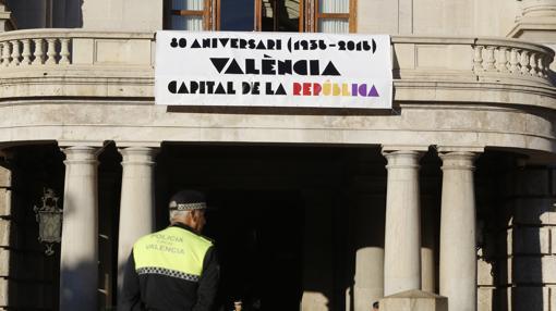 Imagen de la pancarta desplegada en el Ayuntamiento de Valencia