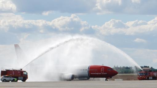 Bomberos realizan el arco de agua al avión donde viajaba la pasajera número 11 millones