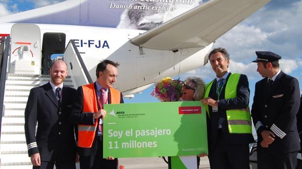 La pasajera número 11 millones, recibida con honores en la terminal alicantina